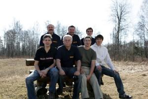 Tím OMA - vzadu zľava: Igor OM6CI, Števo OM7KW, Vilo OM0AAO. Sediaci zľava: Oliver MW0JRX, Peťo OM6PR, Dano OM4AQP a Rado